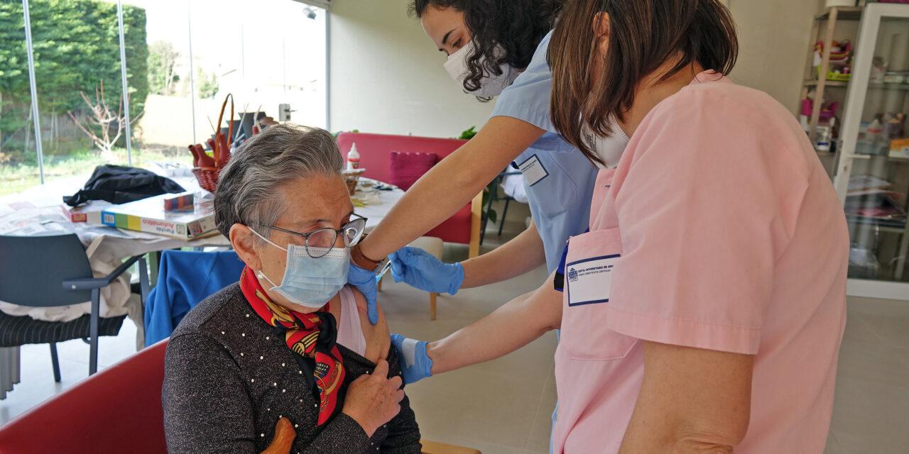 Residentes de Ocón y la vivienda comunitaria de Kanpezu y algunas asistentes reciben la segunda vacuna