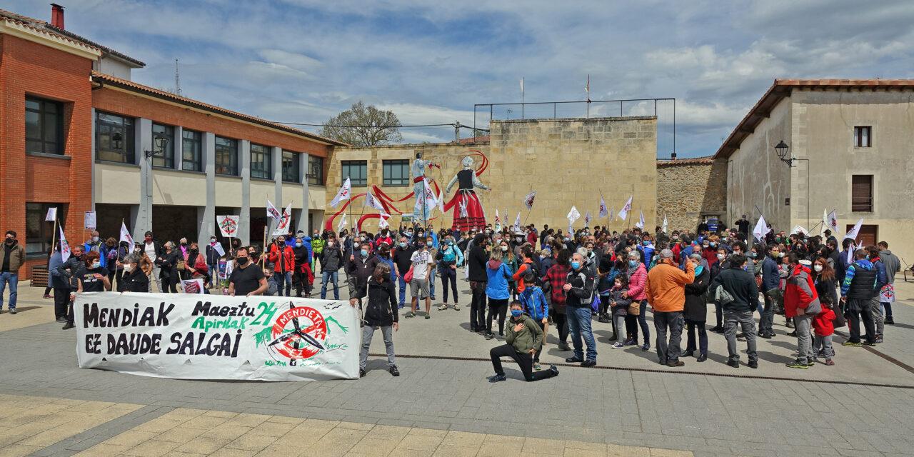 La protesta por los proyectos de parques eólicos en Araba ha recorrido hoy las calles de Maeztu