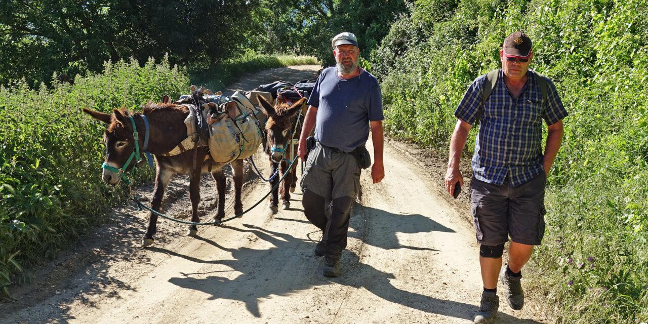 Murray Stewart se lleva sensaciones «genuinas» de la Montaña Alavesa para su guía del Camino Ignaciano