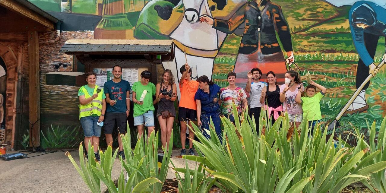 La vecindad de Lagrán culmina el mural participativo que resalta el papel de la mujer en la zona